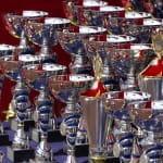 Viele Pokale neben- und hintereinander aufgereiht.