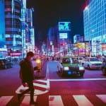 Ein Mann in der Nacht in Japan