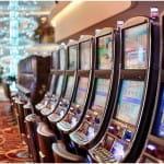 Reihe von Spielautomaten in einem Casino.