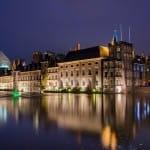 Das niederländische Parlament in Den Haag bei Nacht.