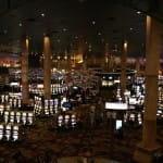 Spielcasino mit zahlreichen Spielautomaten.