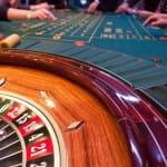 Roulettetisch mit Spielern in einem Casino.