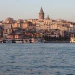 Die Stadt Istanbul vom Schiff aus betrachtet.