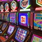 Mehrere Spielautomaten in einem Casino.