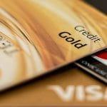 Mehrere Kreditkarten auf einem Haufen.