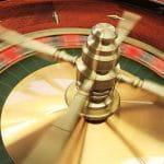 Roulettekugel in einem Roulettekessel.