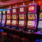 Mehrere Spielautomaten in einem Spielcasino.