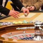 Roulette spielen in landbasiertem Casino.