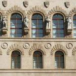 Außenfassade eines Behörden-Gebäudes.