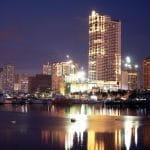Die Stadt Manila bei Nacht.