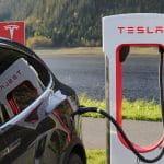 Tesla Auto beim Tanken.