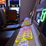 Spielautomaten in einer leeren Spielhalle.