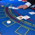 Blackjack Spielrunde an einem Spieltisch.