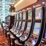 Eine Reihe von Spielautomaten in einem Casino.