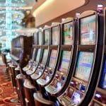 Spielautomaten in einer Spielhalle.