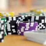 Nach Farbe sortierte Chips-Stapel für Casinos.
