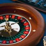 Roulette-Spiel mit gestapelten Spielchips.