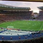 Laufendes Spiel in einem Fußballstadion.