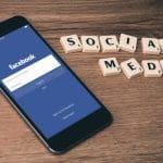 Handy mit geöffnetem Facebook-Account und Schriftzug Sozial Media.
