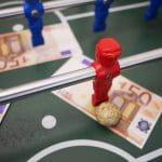 Geldscheine auf Kickertisch