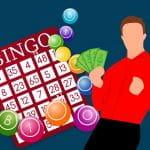 Bingo-Karte und Mann mit Geld in der Hand.