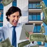 Mann hält Tablet in Hand und freut sich über Geldscheine.