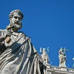 Figuren, die auf dem Vatikan von Rom stehen.