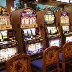 Fünf Spielautomaten stehen nebeneinander in einer Spielhalle.