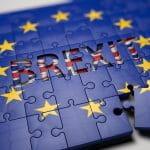 Europäische Flagge als Puzzle mit dem Wort Brexit im Zentrum.