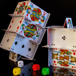 Zwei aus Pokerkarten gebaute Häuser.