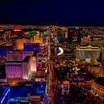 Blick aus der Luft auf Las Vegas bei Nacht.