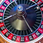 Ein Roulette-Rad, bei dem die Kugel auf der Acht steht.