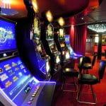 Glücksspielautomaten in einer Spielhalle.