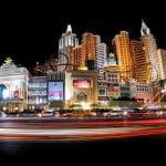 Blick auf den Las Vegas Strip bei Nacht.