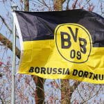 Eine Fahne vom BVB weht im Wind.