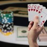 Pokerkarten, Spielchips und Geldbündel.
