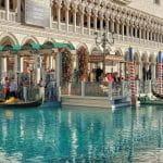 Blick vom Wasser auf das Hotel Venetian in Las Vegas.