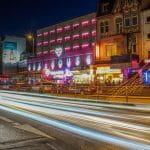 Eine Hamburger Straße bei Nacht. In dieser Straße steht eine große Spielhalle.