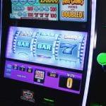 Bei einem Spielautomaten stehen zwei Walzen auf BAR und eine Walze auf 7.