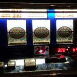 Ein Spielautomat, dessen drei Walzen auf Triple Diamond stehen.