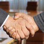 Händeschütteln nach einer Einigung.