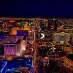 Las Vegas Strip aus der Luft in der Nacht.