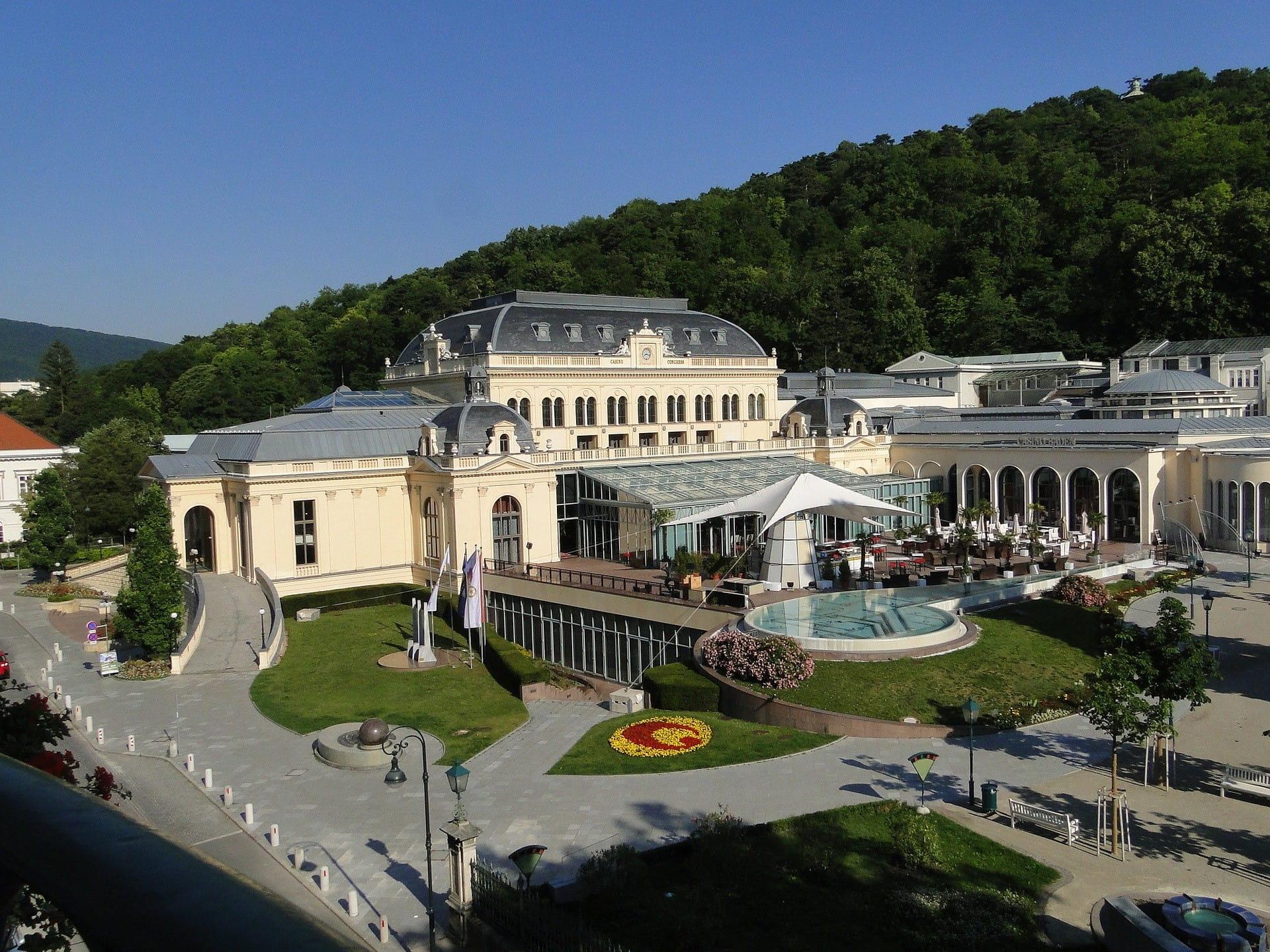 Tampilan eksterior cabang Kasino Austria di Baden.