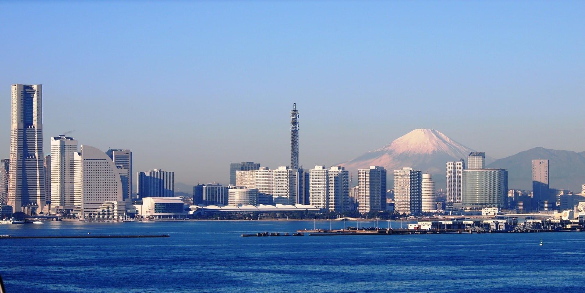 Kota Yokohama di Jepang dengan latar belakang Gunung Fuji.