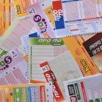 Auf einem Tisch liegen mehrere Lottoscheine.