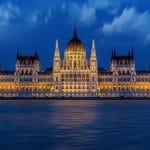 Das ungarische Parlament bei Nacht.