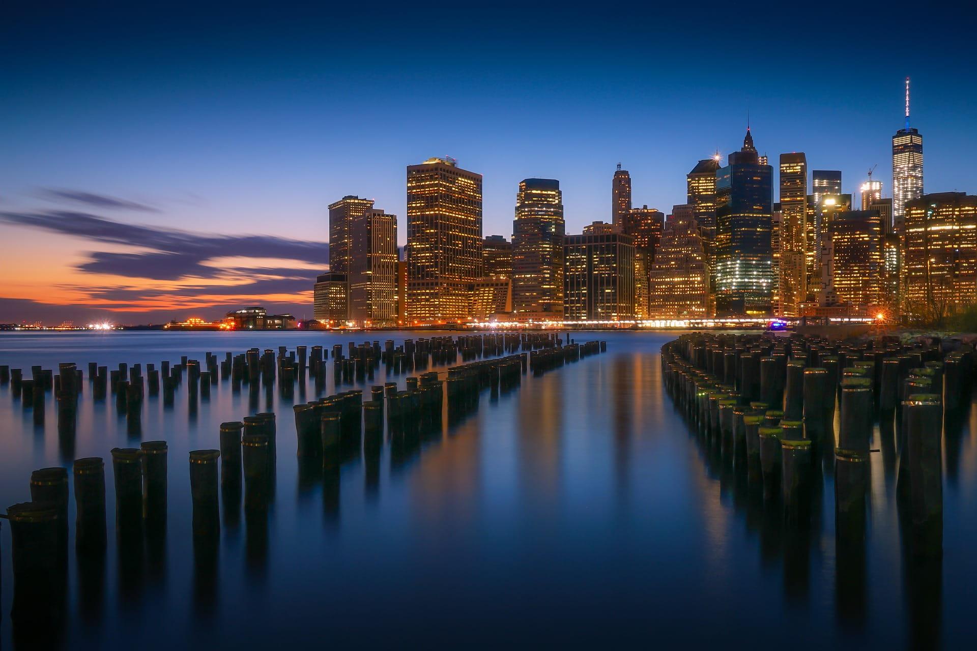 Kota Amerika Utara di malam hari.