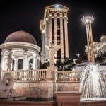 Das Caesars Palace in Las Vegas bei Nacht.