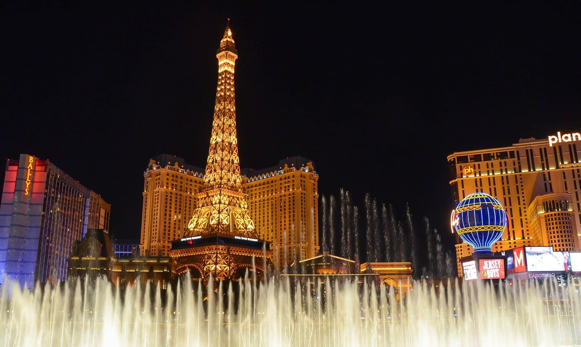 Las Vegas di malam hari - ada air mancur menyelam di latar depan dan kasino di latar belakang.