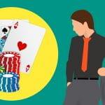 Links liegen zwei Karten und drei Stapel mit Chips – daneben steht ein Mann, der die Dinge betrachtet.